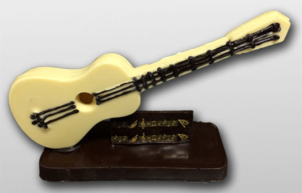 Guitarra chocolate blanco. Disponible en Chocolate con leche y negro
